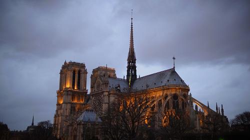 夕暮れ時のノートルダム大聖堂。