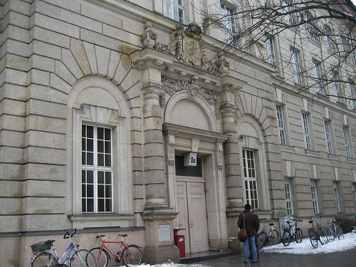 ベルリン芸大には校舎がいくつかありますが、これはピアノ科、声楽科がメインの校舎。この裏には、美術学部の校舎、向かいにはベルリン工科大学と共同の図書館もあります。