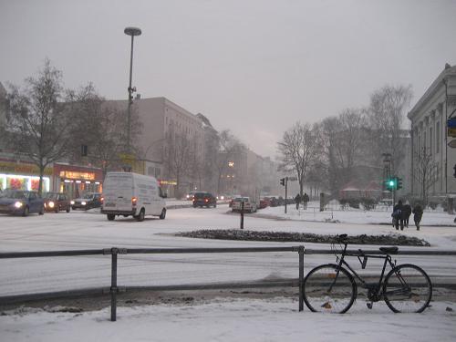 極寒の中、試験を受けに行った時の様子。空はどんより暗く、これでも朝9時ぐらい。 マイナス17℃なんて日もあり、身体の芯まで冷えるとはまさにこのこと!(2010年1月28日撮影) ヒートテック、手袋、靴下(2枚履き)、貼るカイロなど忘れずに! でも、実際留学して1年も経つと、0℃でも暖かいな~と思うようになりますよ。